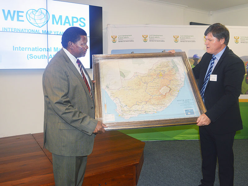 Minister of Rural Development and Land Reform, Gugile Nkwinti, receives a 1:2 million Map of South Africa from Dr. Derek Clarke, ICA Vice-President and Chair of the IMY (SA) national committee.